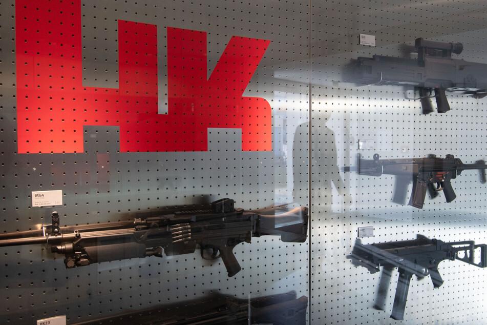 Oberndorf am Neckar: Eine Präsentationswand mit Waffen von Heckler & Koch. (Archiv)