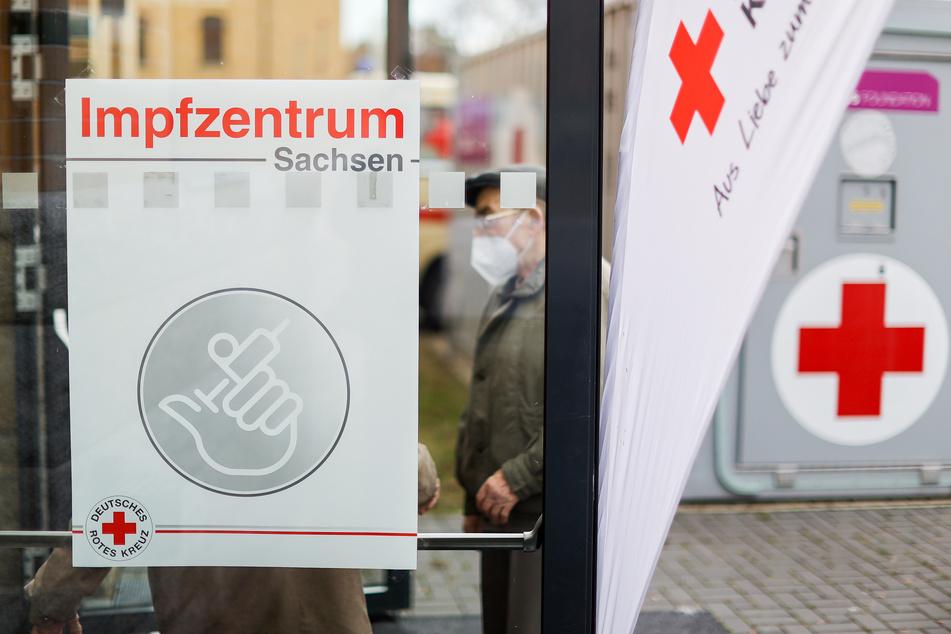 Mehrere Menschen warten vor einem Impfzentrum in Plauen. Hier können am Tag 240 Menschen geimpft werden. Damit sollen die Corona-Schutzimpfungen im besonders betroffenen Vogtland schneller als bisher vonstatten gehen.
