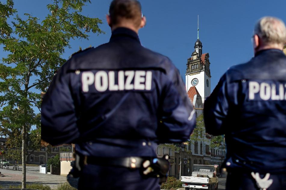 Die Tat geschah in Freital-Potschappel auf der Dresdner Straße in Höhe des Rathauses. (Bildmontage)