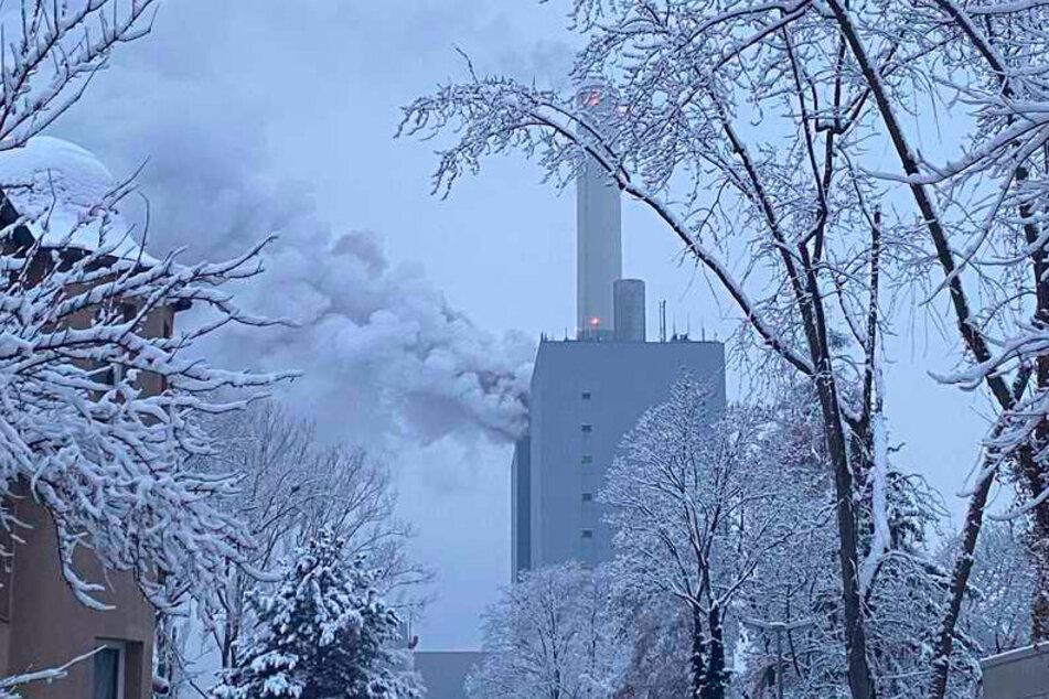 Rauchwolken stehen über einem Kraftwerk des Versorgers Uniper. Über das Ausmaß des Unglücks konnte ein Sprecher der Nürnberger Feuerwehr zunächst keine Angaben machen.