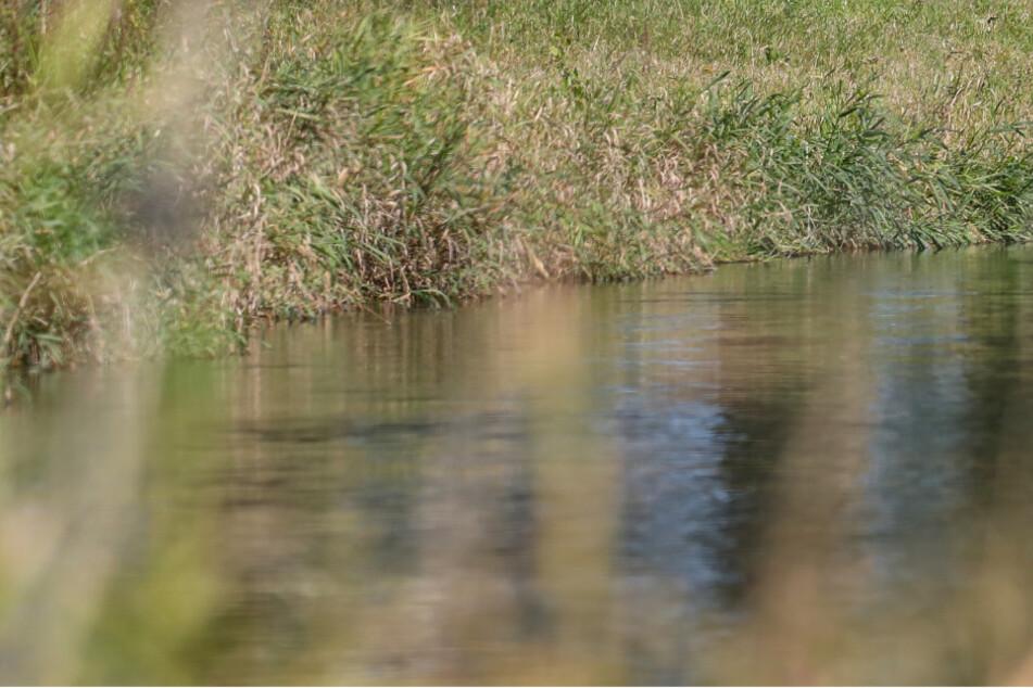 Mann befriedigt sich am Flussufer vor zwei Teenis (16)
