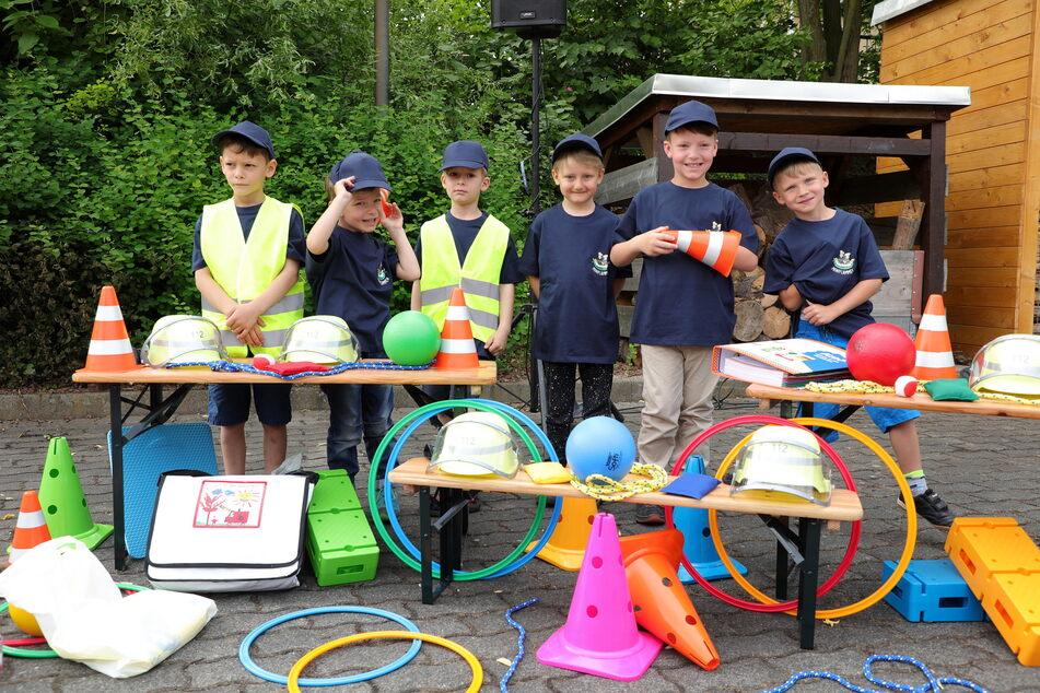 Sechs kleine Jungs trainieren ab sofort bei der neuen Gorbitzer Kinderfeuerwehr.