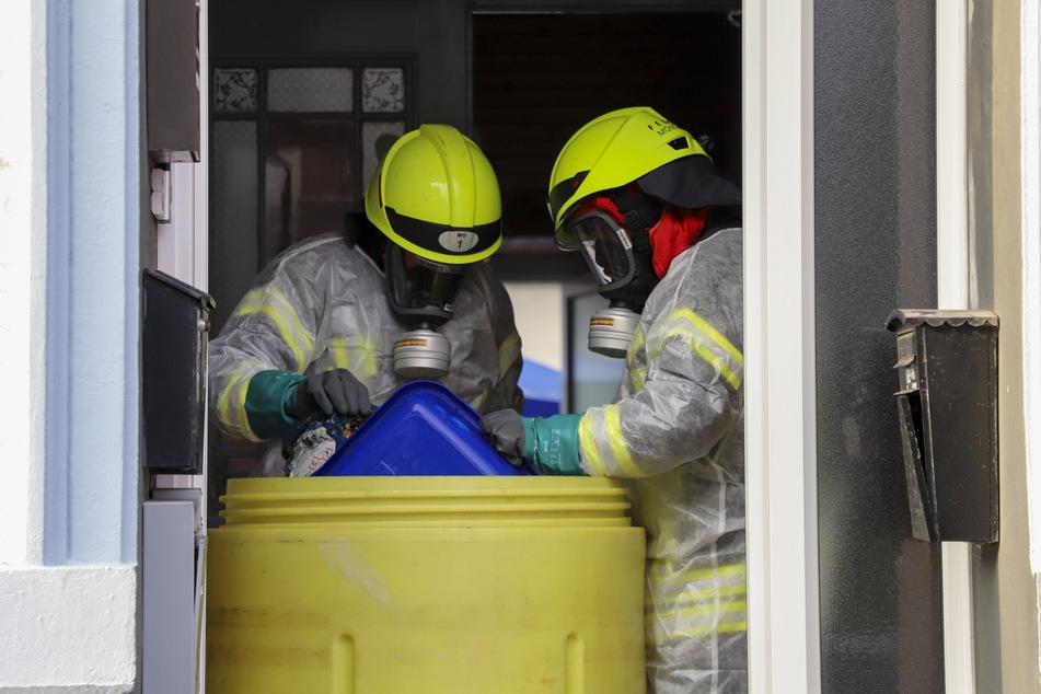 Die Chlortabletten lagen in einem Eimer im Keller des Hauses und reagierten durch die starken Regenfälle mit dem eingedrungenen Wasser. Einsatzkräfte der Feuerwehr sicherten das Gefahrgut.