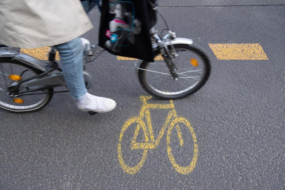 In Wuppertal wurde eine Radfahrerin beinahe von einer herunterfallenden Mülltonne getroffen. (Symbolbild)