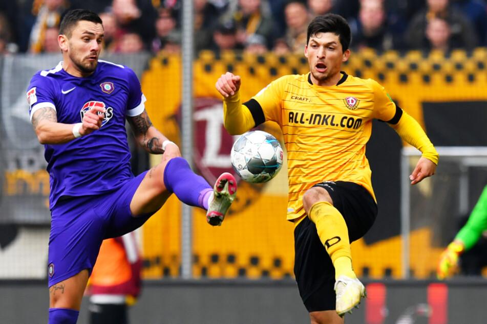 Das vorerst letzte Spiel am 8. März gewann Dynamo mit 2:1 gegen Aue. Hier kämpft Jannis Nikolaou (r.) mit Pascal Testroet um den Ball.