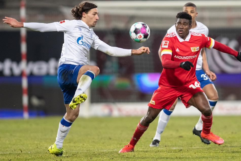 Taiwo Awoniyi (r.) im Zweikampf mit Schalkes Benjamin Stambouli (l.). Stürmt der 23-Jährige erneut in Berlin?