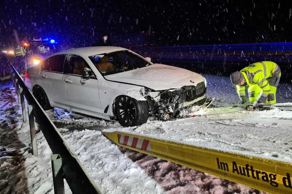 Ein BMW rutschte bei Ziesar in die Leitplanke.