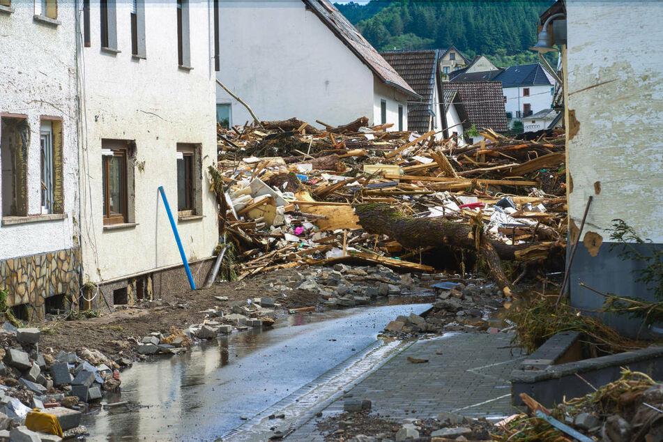 Nach den verheerenden Starkregen liegt Schutt auf einer Straße im rheinland-pfälzischen Ort Schuld. Berlin hat den Hochwassergebieten am Donnerstag seine Hilfe angeboten.