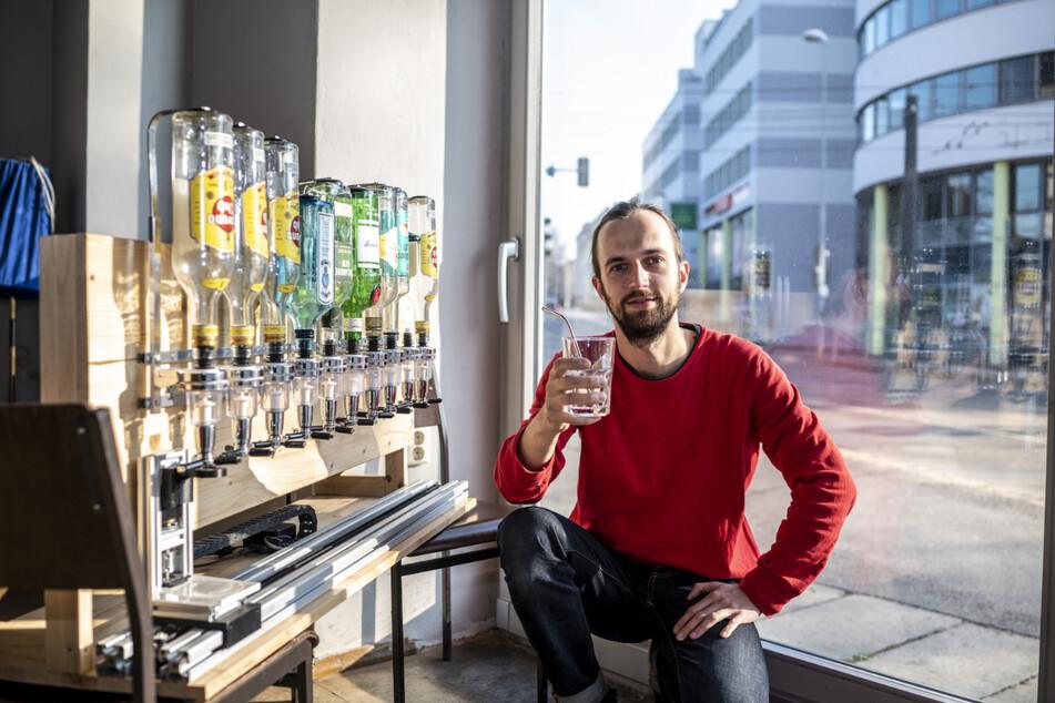 """""""Klub Solitaer""""-Vorstand Robert Verch (35) testet den vollautomatischen """"Cocktailbot""""."""