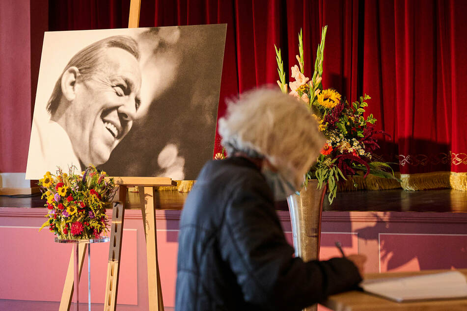 Eine Frau trägt sich im Deutschen Haus in Beelitz in das Kondolenzbuch für den Volksschauspieler Herbert Köfer ein. Der Schauspieler starb am 24. Juli im Alter von 100 Jahren in Berlin.