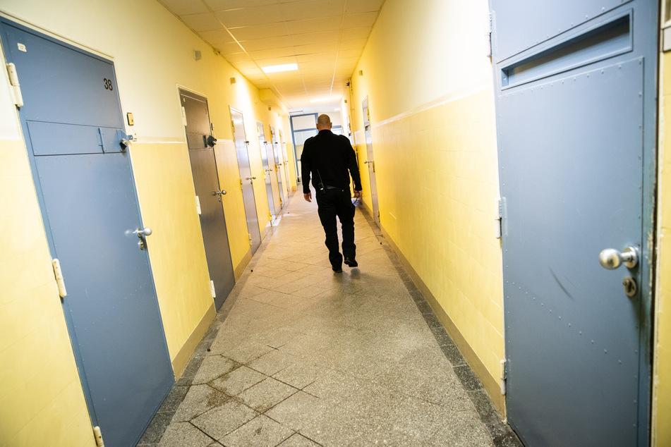 Ein Justizbeamter geht durch einen Gang in der Justizvollzugsanstalt Glasmoor.