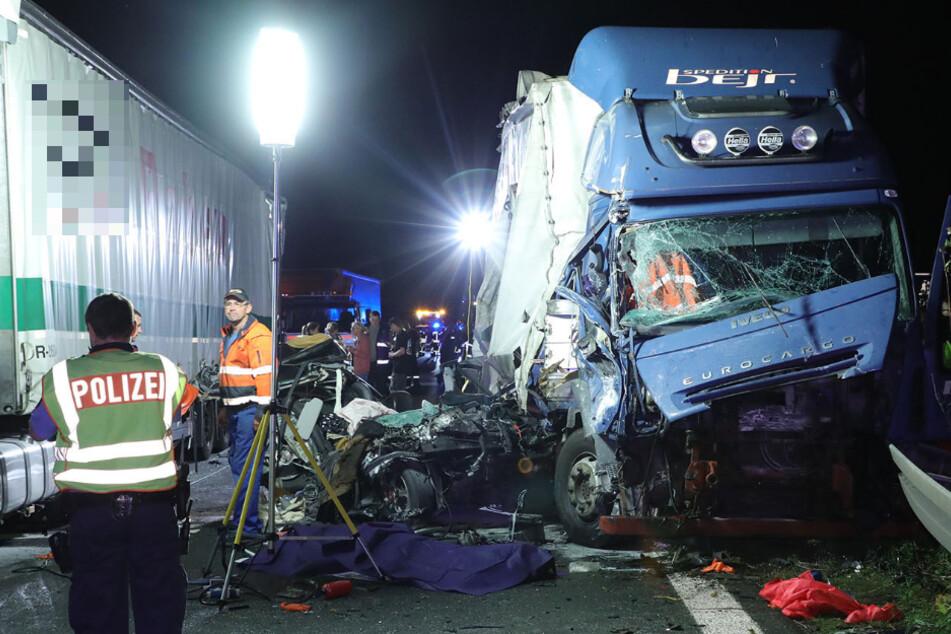 Horror-Unfall auf A4: Lkw fährt in Stauende, zwei Menschen sterben