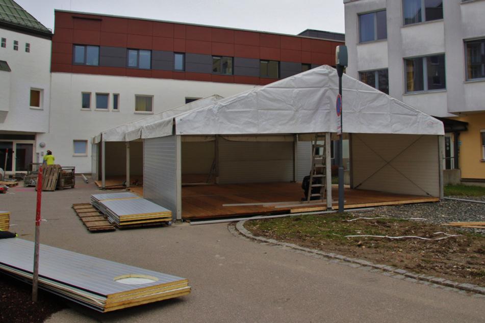 Notfallversorgung stößt an seine Grenzen: Zelte vor Kliniken aufgebaut
