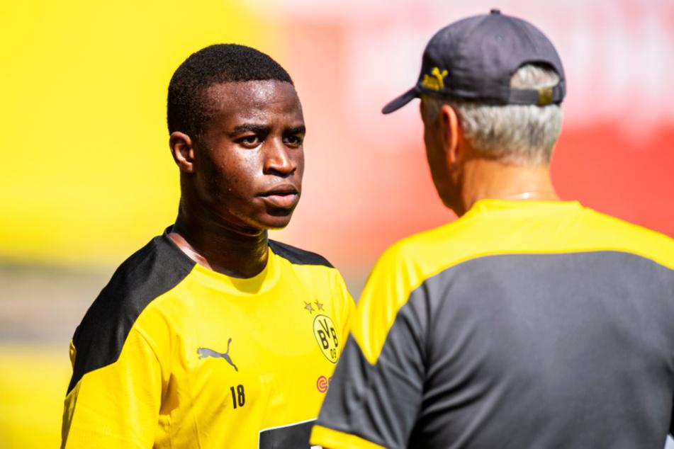 Youssoufa Moukoko (15, l.) absolvierte die Vorbereitung mit den Profis. Hier spricht er mit Trainer Lucien Favre.