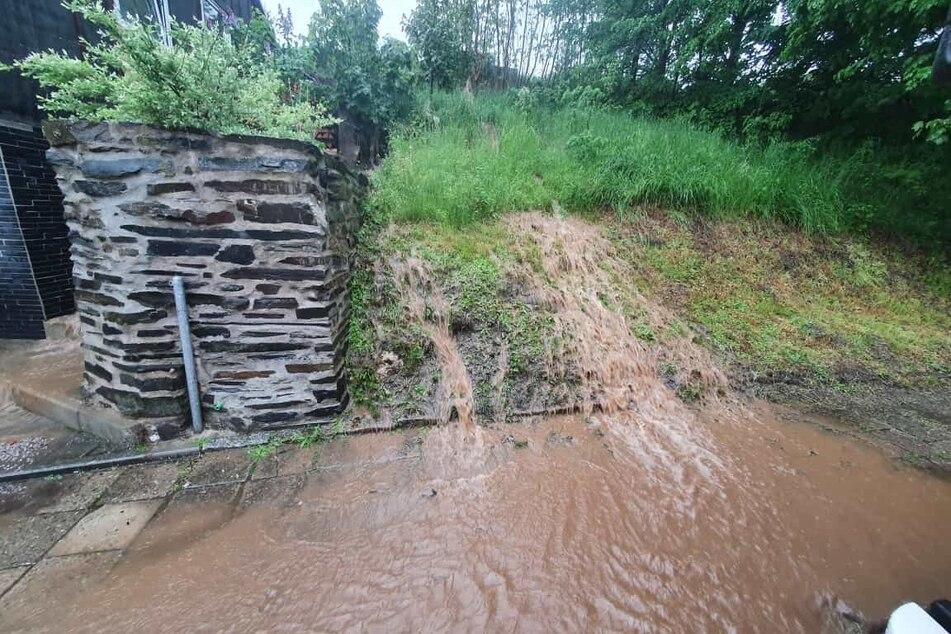 In Wurzbach schossen Wassermassen einen Abhang hinunter. Die Feuerwehr hatte alle Hände voll zu tun.