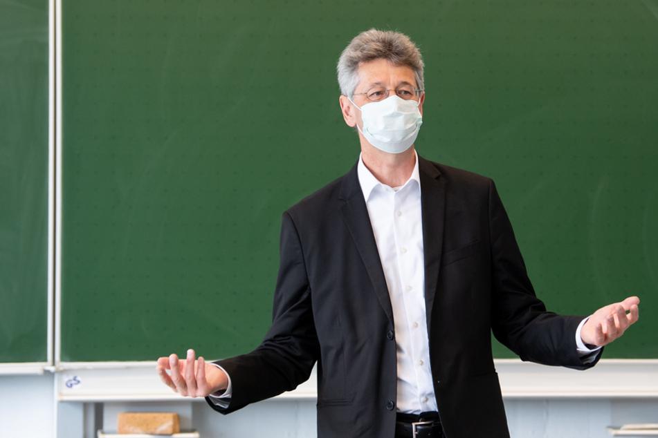 Bayerns Kultusminister Michael Piazolo (Freie Wähler) gab erste Maßnahmen nach den Sommerferien bekannt. (Archivbild)