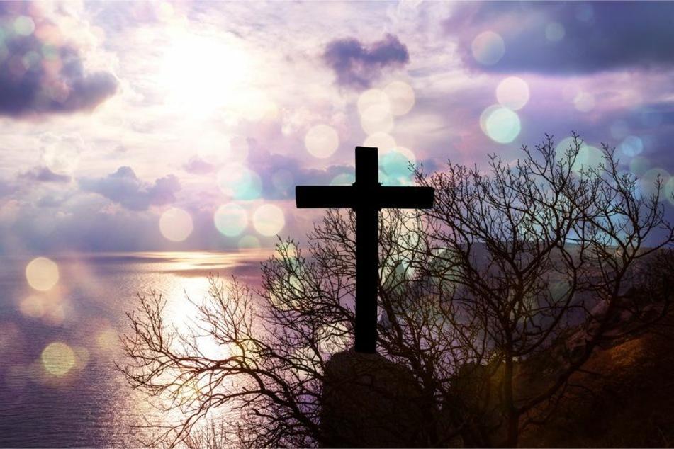 Ein Kirchenkreuz im Morgenlicht. (Symbolfoto)