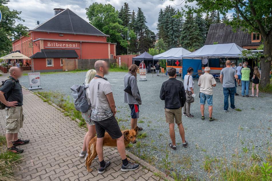 Andrang am Impfbus: 90 Chemnitzer ließen sich am Donnerstag ohne Termin vor dem Fresstheater spritzen.