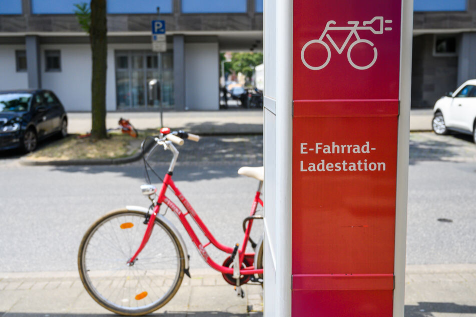 In Sachsen-Anhalt gibt es ein Förderprogramm, mit dem Lotto-Toto die Errichtung öffentlicher Ladestationen für E-Bikes unterstützt. (Symbolbild)