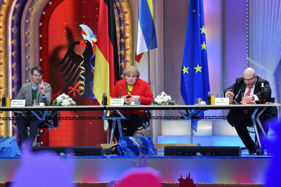 """Johannes Bersch, Florian Sitte und Adi Guckelsberger (l-r) treten in einer """"Krisensitzung im Kanzleramt"""" in den Rollen von Karl Lauterbach, Angela Merkel und Hans Altmaier auf."""