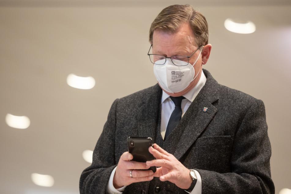 Thüringens Ministerpräsident Bodo Ramelow (64, Linke) schaut auf sein Smartphone. Der 64-Jährige stellt am Dienstag einen Ausstiegsplan aus dem Lockdown vor.