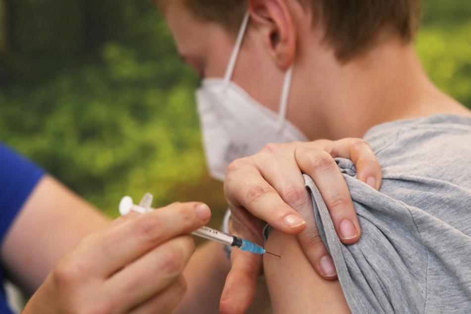 Mit mobilen Impfteams und Zeitfenstern in Impfzentren sollen Schulen nach den Ferien die Zahl ihrer geschützten Schülerinnen und Schüler steigern können. (Symbolbild)