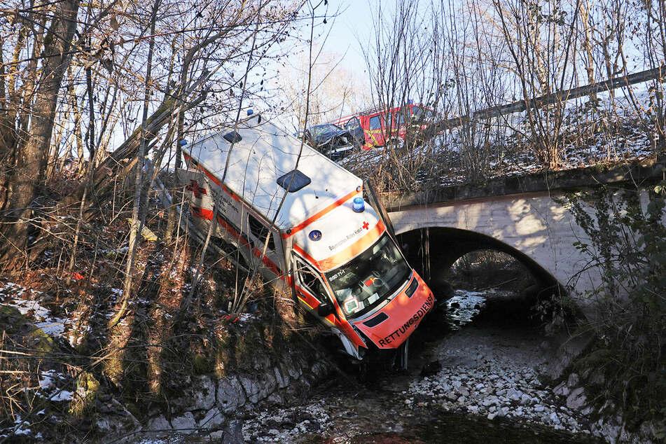 Der Rettungswagen ist nach dem Crash einen Hang hinunter gestürzt und wäre fast im Bach gelandet.