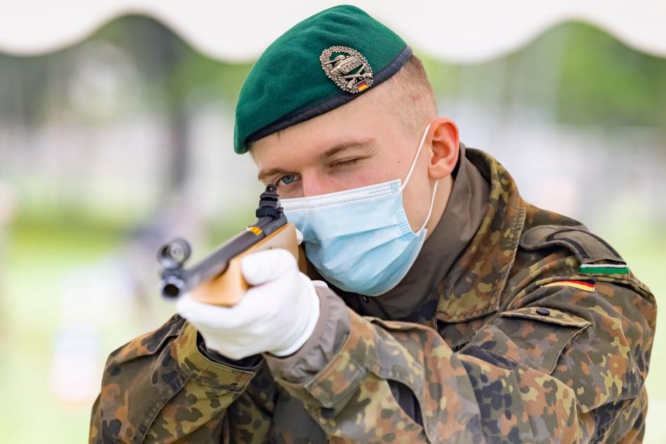 Offizieranwärter Jann-Malte Zimmermann (21) beim Laser-Schießen.