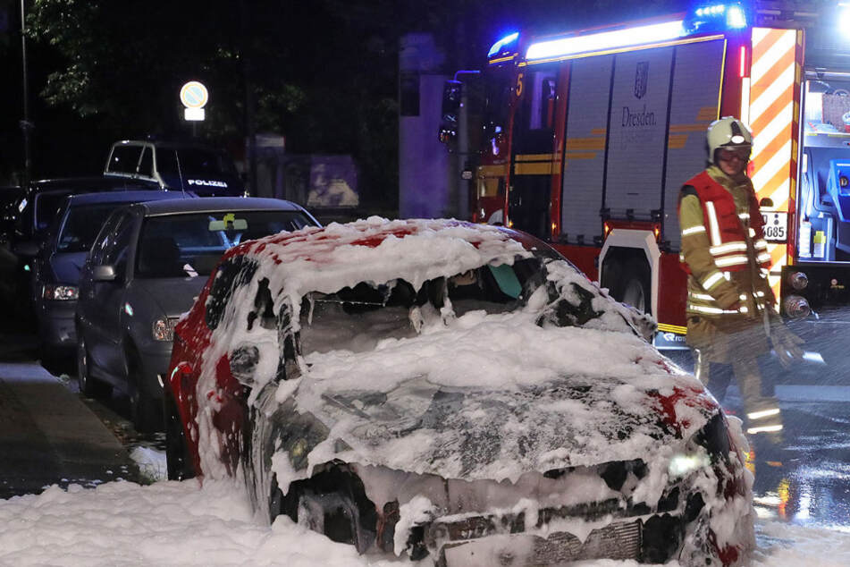 Dresden: Feuerwehreinsatz in der Dresdner City: Plötzlich steht ein Auto in Flammen!