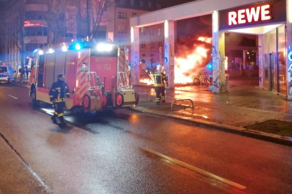 Einkaufswagen am Rewe in Flammen: In Connewitz brennt es mal wieder