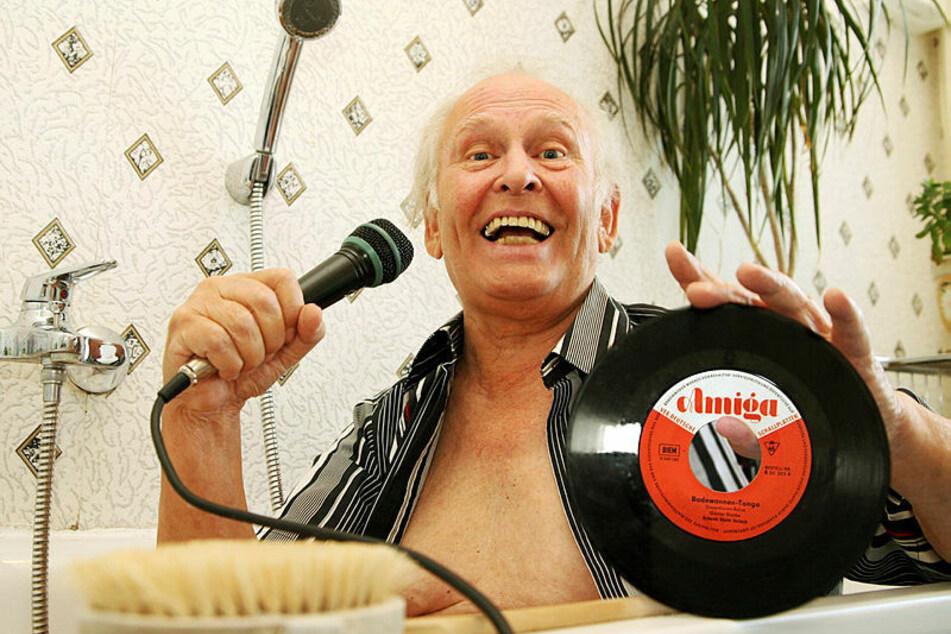 So liebte ihn das Publikum: Günter Hapke (†89) in seiner Rolle als Sänger vom Badewannentango. Hier auf einem Foto aus dem Jahr 2006.