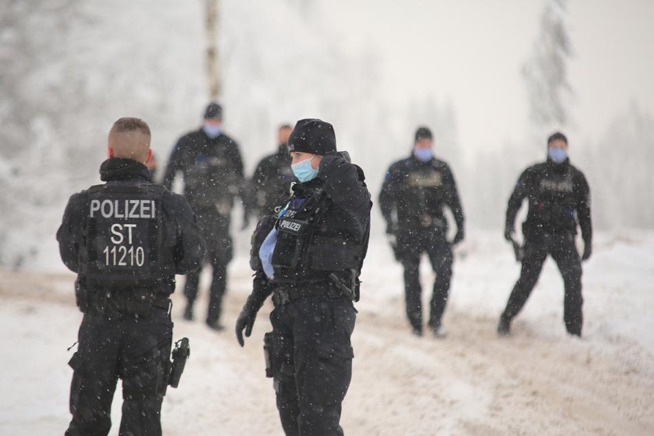 Einsatzkräfte der Polizei kontrollieren im Harz die Einhaltung der Corona-Maßnahmen.