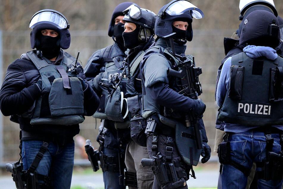 Polizisten sicherten die Veranstaltungshalle und kontrollierten alle Prüflinge. (Symbolbild)