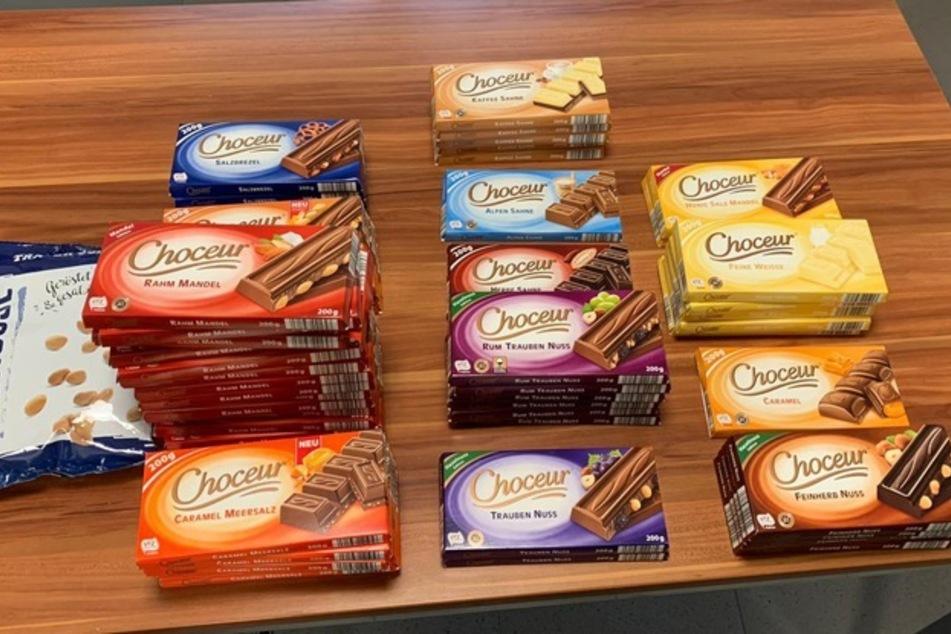 """Diese 56 Tafeln Schokolade der Marke """"Choceur"""" sowie eine Packung Erdnüsse ließen die Diebe mitgehen."""