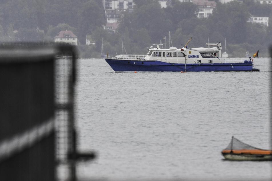 Ein Polizeiboot fährt auf dem Bodensee. Mit einem Großaufgebot haben vereinte Kräfte aus Deutschland, Österreich und der Schweiz nach einem vermissten Kajakfahrer zwischen Friedrichshafen und Romanshorn gesucht. (Symbolbild)