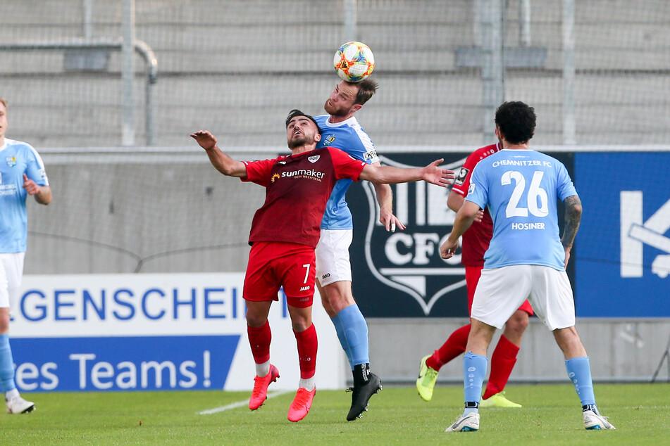 Der Chemnitzer Tobias Müller im Kopfballduell mit Seref Özcan.
