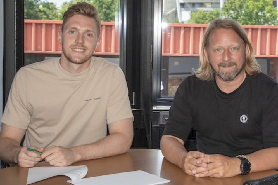 Florian Müller (23, l.) beim Unterschreiben des Vertrags mit Sven Mislintat (48).