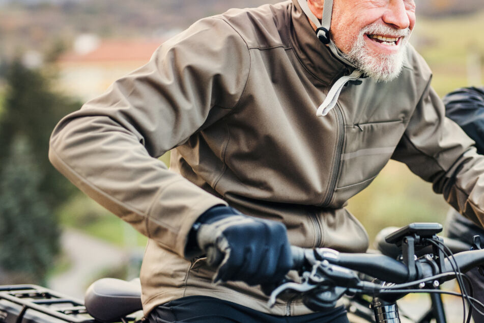 Mutiger Rentner (72) verfolgt Autodieb mit dem Fahrrad und zieht ihn aus dem Wagen