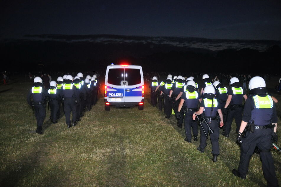 Die Polizei marschierte über eine Wiese im Hamburger Stadtpark.
