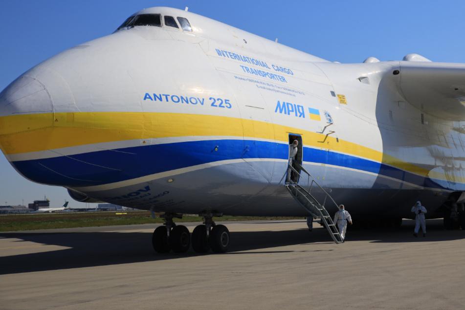 Weltweit größtes Frachtflugzeug mit Millionen Masken in Leipzig gelandet
