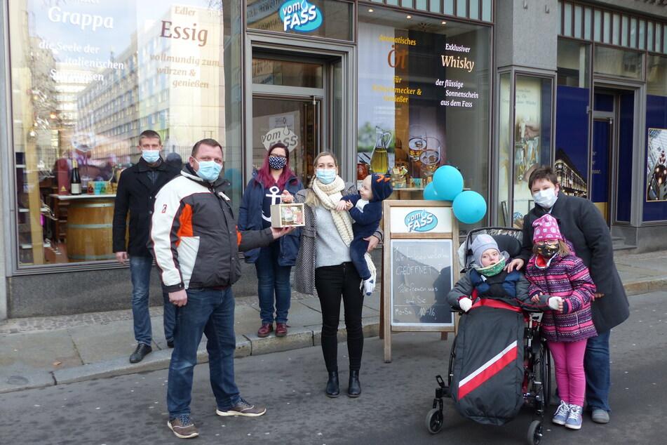 Josefine (im Rollstuhl) war mit ihrer Familie nach Leipzig angereist.