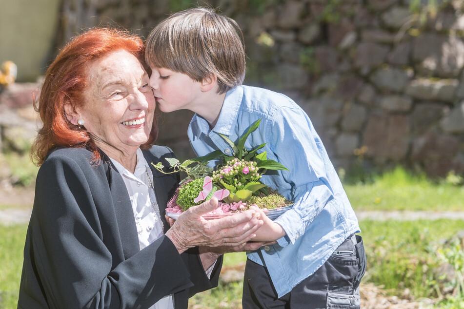 Ein Küsschen für die Oma: Ingrid Sarrasanis (87) kleinster größter Verehrer ist ihr Enkel Noah (6).