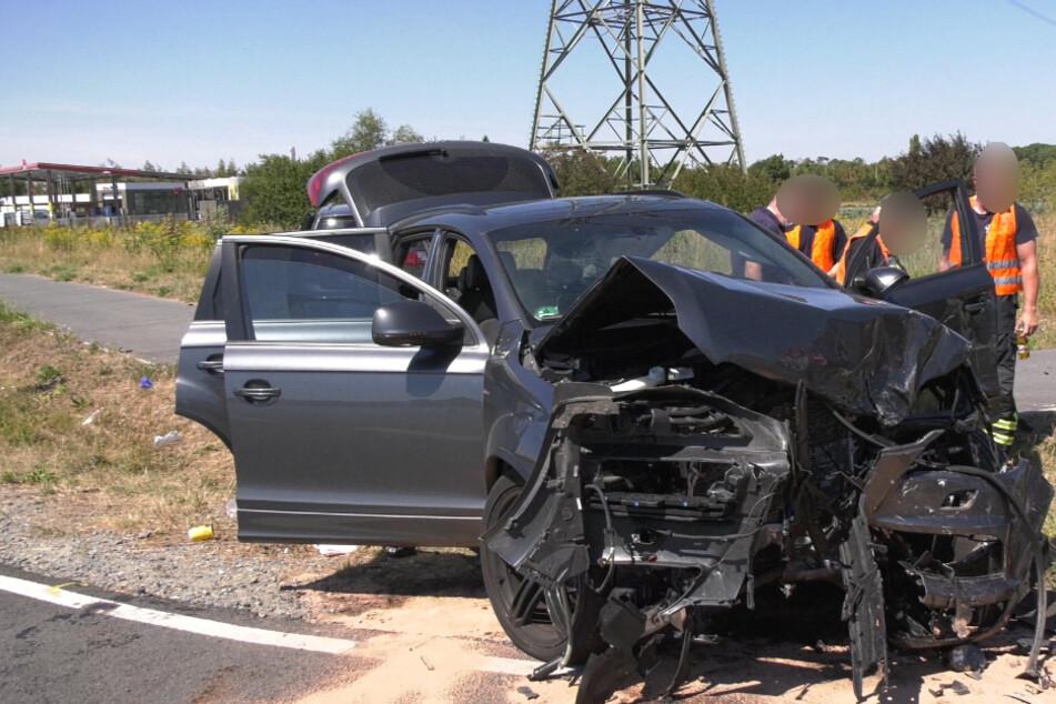 Mann (40) bei Frontal-Crash schwer verletzt und in Auto eingeklemmt