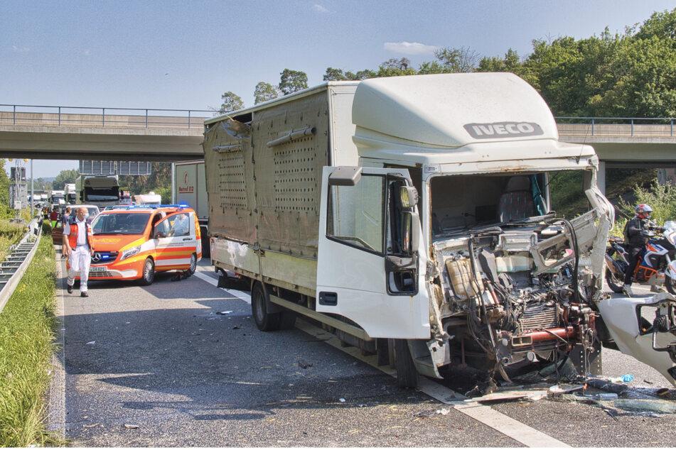 Aus bislang nicht bekannte Ursache krachte der Laster in die vor ihm fahrende Fahrzeugkolonne.
