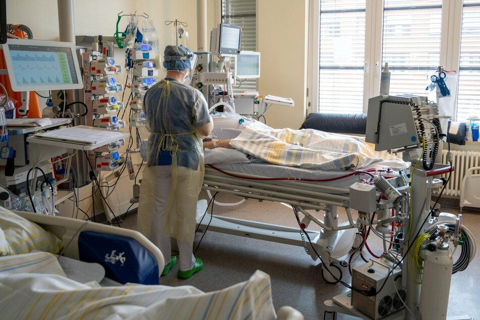In einem Zimmer der Intensivstation wird ein Patient mit einem schweren Covid-19 Krankheitsverlauf behandelt.