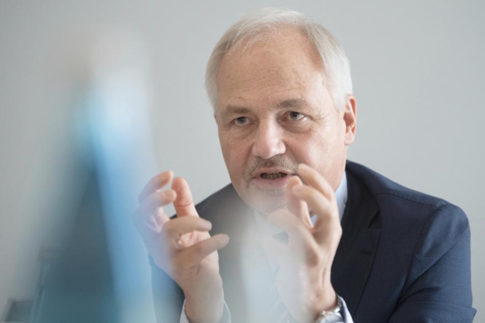 Peer-Michael Dick (66), Hauptgeschäftsführer des Verbandes Südwestmetall, nimmt an einer Pressekonferenz teil.