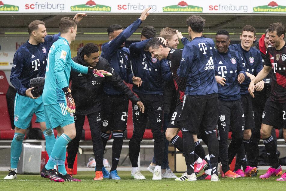 Robert Lewandowski (6.v.l.) egalisierte mit seinem Treffer zum 1:0 für den FC Bayern München den Bundesliga-Rekord von Gerd Müller.