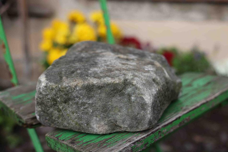 Mit diesem Stein wurde die Fensterscheibe eingeworfen^.