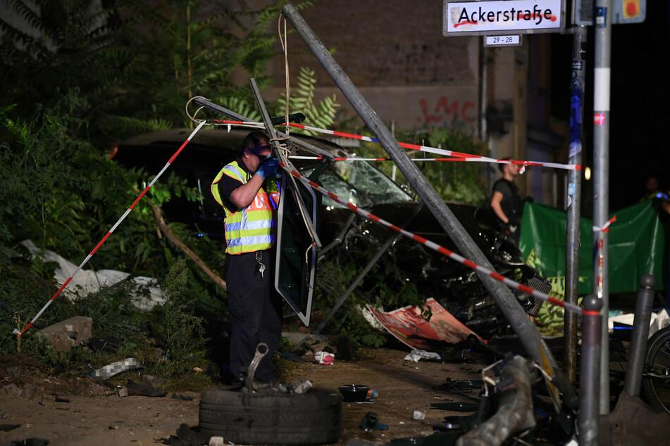 Ein Polizist fotografiert im September 2019 die Unfallstelle in Berlin-Mitte.