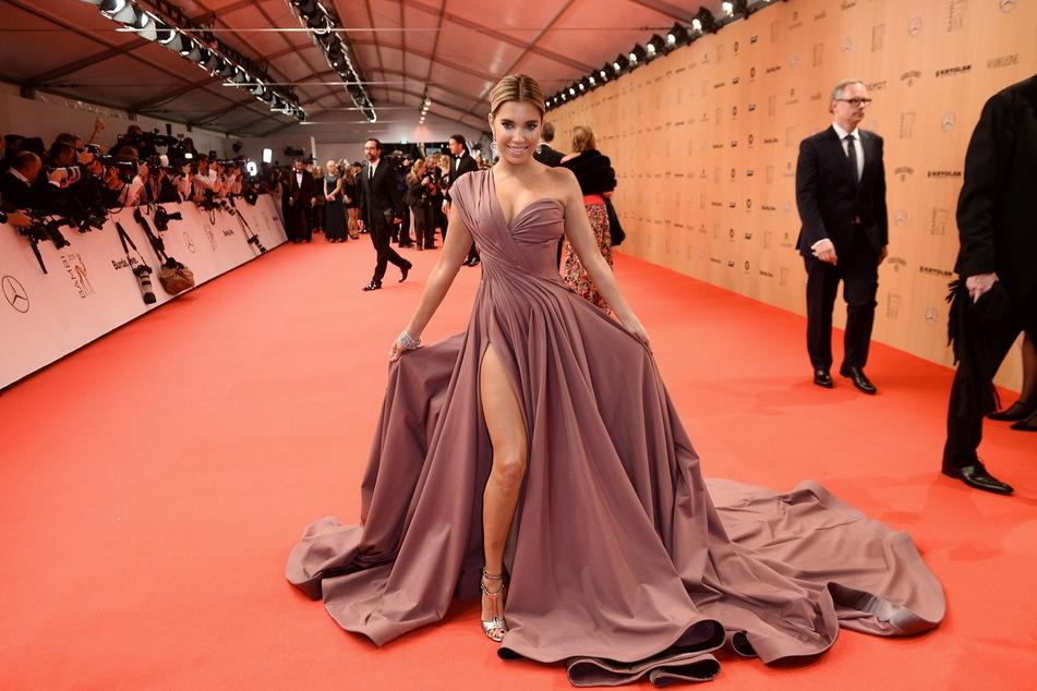 Sylvie Meis ist berühmt für glamouröse Outfits mit viel Haut (Foto: Gregor Fischer/dpa).